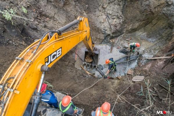 На месте аварии рабочие продолжают копать яму