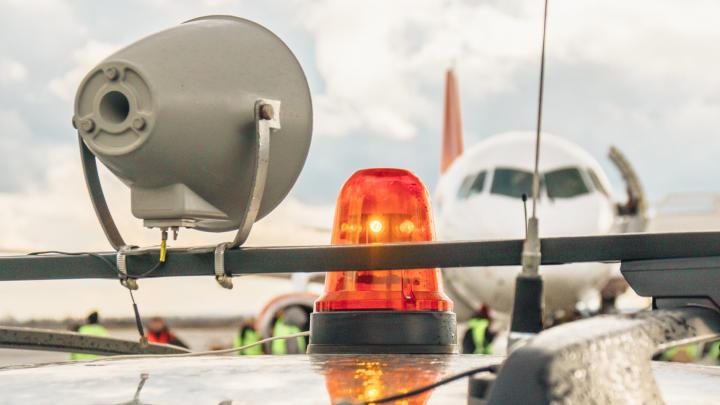 В Самаре пассажиров самолета эвакуировали из-за сообщения о бомбе