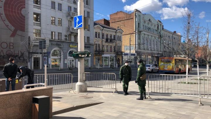 Центральные улицы Ростова перекрыли ограждениями и выставили патрули