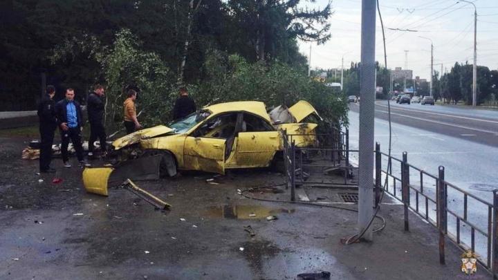 На Красном Пути водитель «Субару» погиб, врезавшись в дерево и светофор