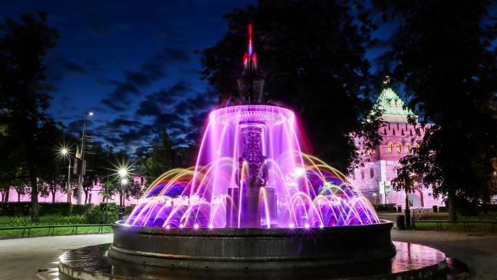 Вот теперь точно лето: смотрим, как играет всеми цветами радуги главный нижегородский фонтан