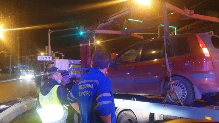 На Московском проспекте столкнулись три машины: первая информация о пострадавших