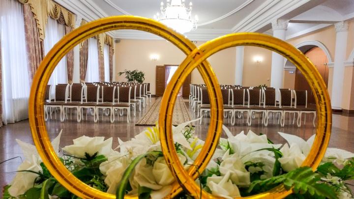 В Омске разрешили торжественную регистрацию брака. Но только для двоих