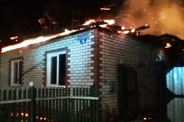 О пожаре сообщили очевидцы около шести утра