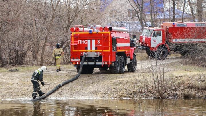 В Кетовском районе пожарные тушат возгорание возле посёлка Зелёного