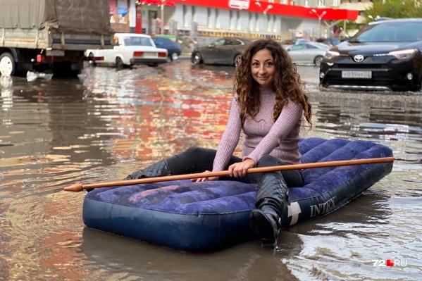 Пока еще сухая Мария Токмакова. Да, она плавает на матрасе в луже на Газовиков. Зачем и почему? Читайте и смотрите ниже