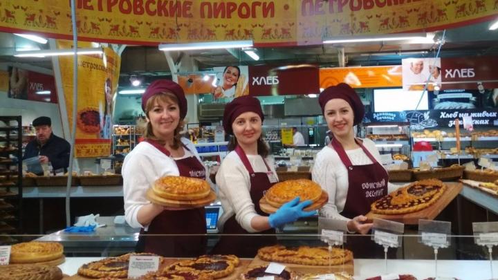 «Чтобы понимали, для кого мы работаем»: офисные сотрудники сети «Петровский» встали за прилавки
