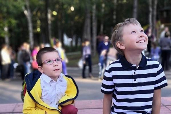 Арсений и его маленький друг Юра вместе проводят каникулы