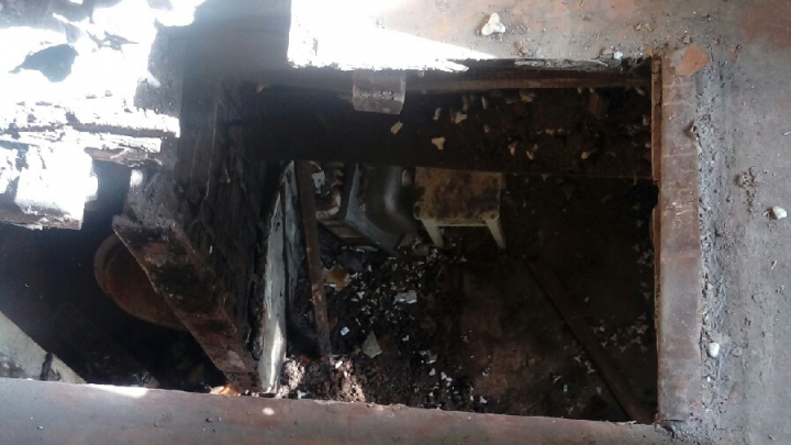 Сквозные дыры в полу: как архангелогородцы живут в доме, где обрушились печи