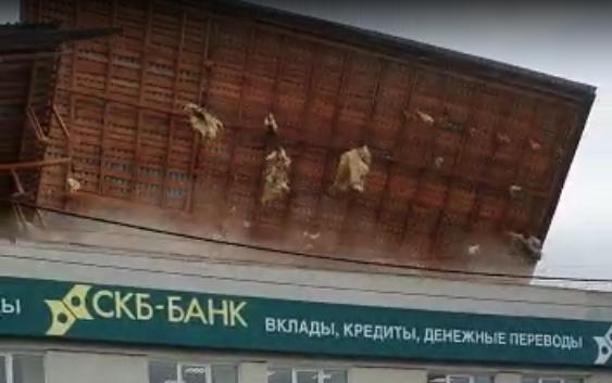 В Арамиле ветер снес крышу здания СКБ-банка