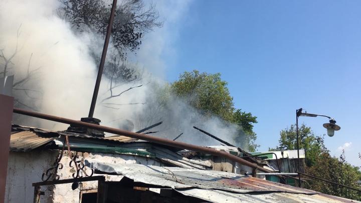 Площадь пожара — 600 «квадратов»: на берегу Самары загорелись два частных дома