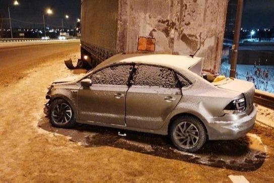 Машина влетела в фуру правым боком