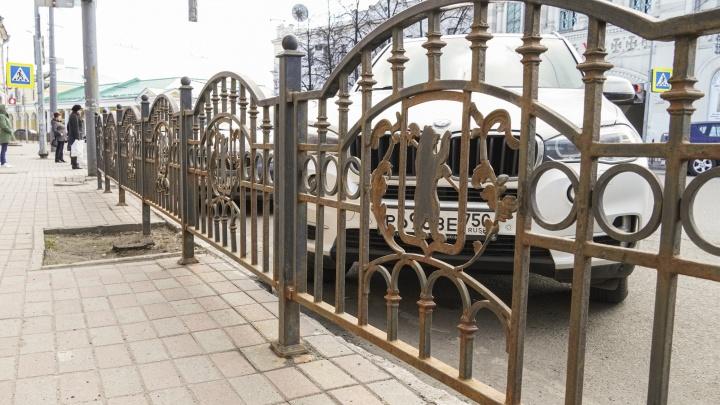 Город рыжих заборов: в Ярославле ограждения покрылись пылью и ржавчиной