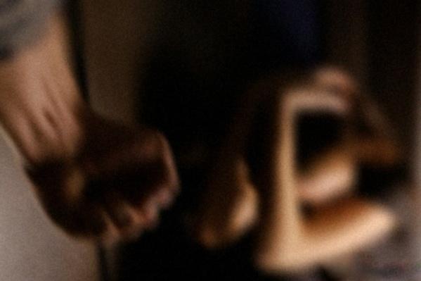 За домашнее насилие мужчине грозит до трех лет колонии