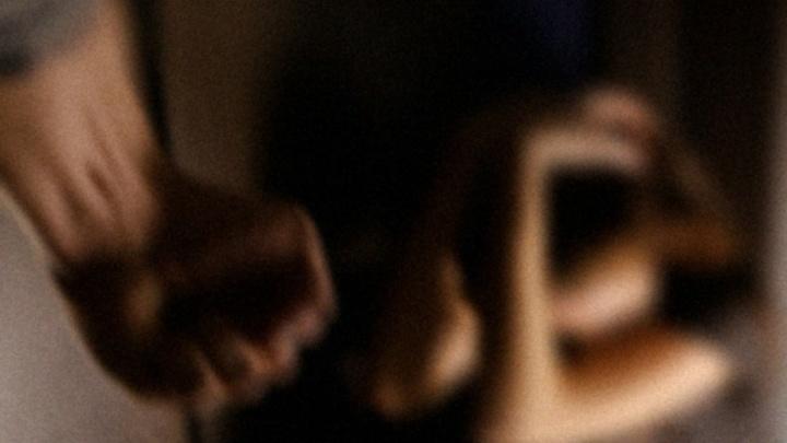 Бил полотенцем и угрожал убить: жителя Прикамья будут судить за домашнее насилие
