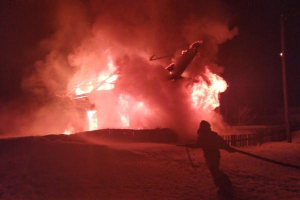 Огонь уничтожил дом практически полностью