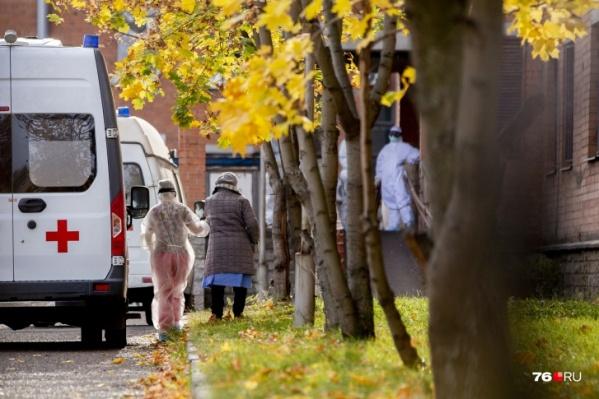 В больницы с коронавирусом и клиникой COVID-19 госпитализировано более тысячи человек