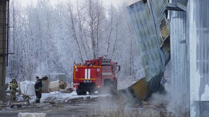 В Омске шесть часов тушат горящие склады на 2-й Солнечной