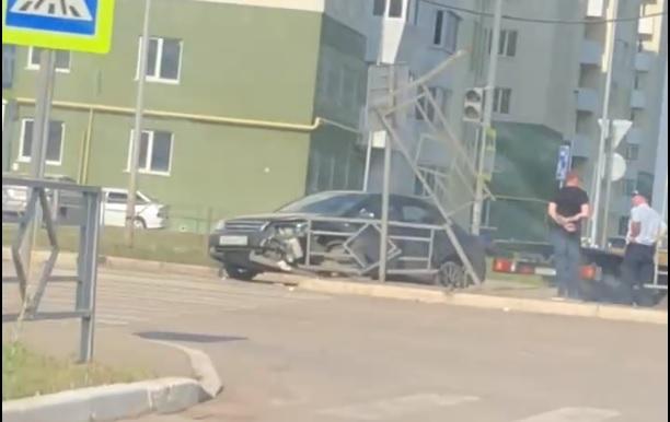 В Южном городе водитель Chevrolet протаранил железные ограждения