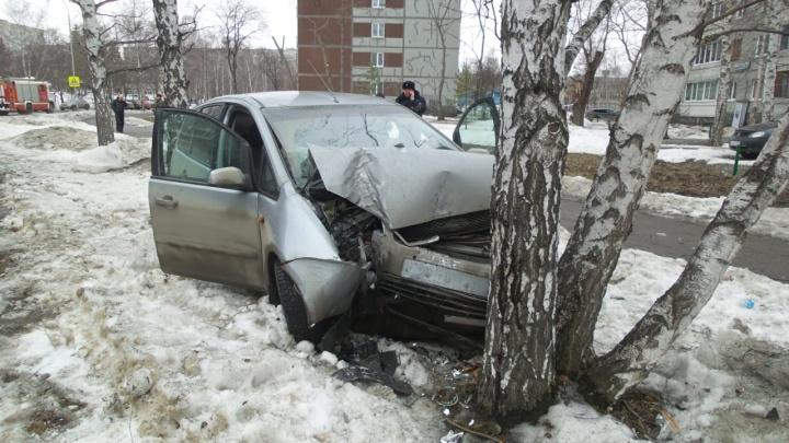 На Юго-Западе водитель легковушки вылетел с дороги и врезался в дерево