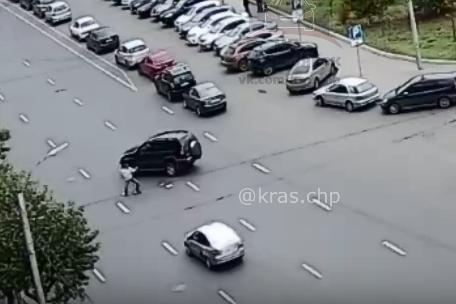 ГИБДД ищет пешехода, который выпрыгнул под внедорожник