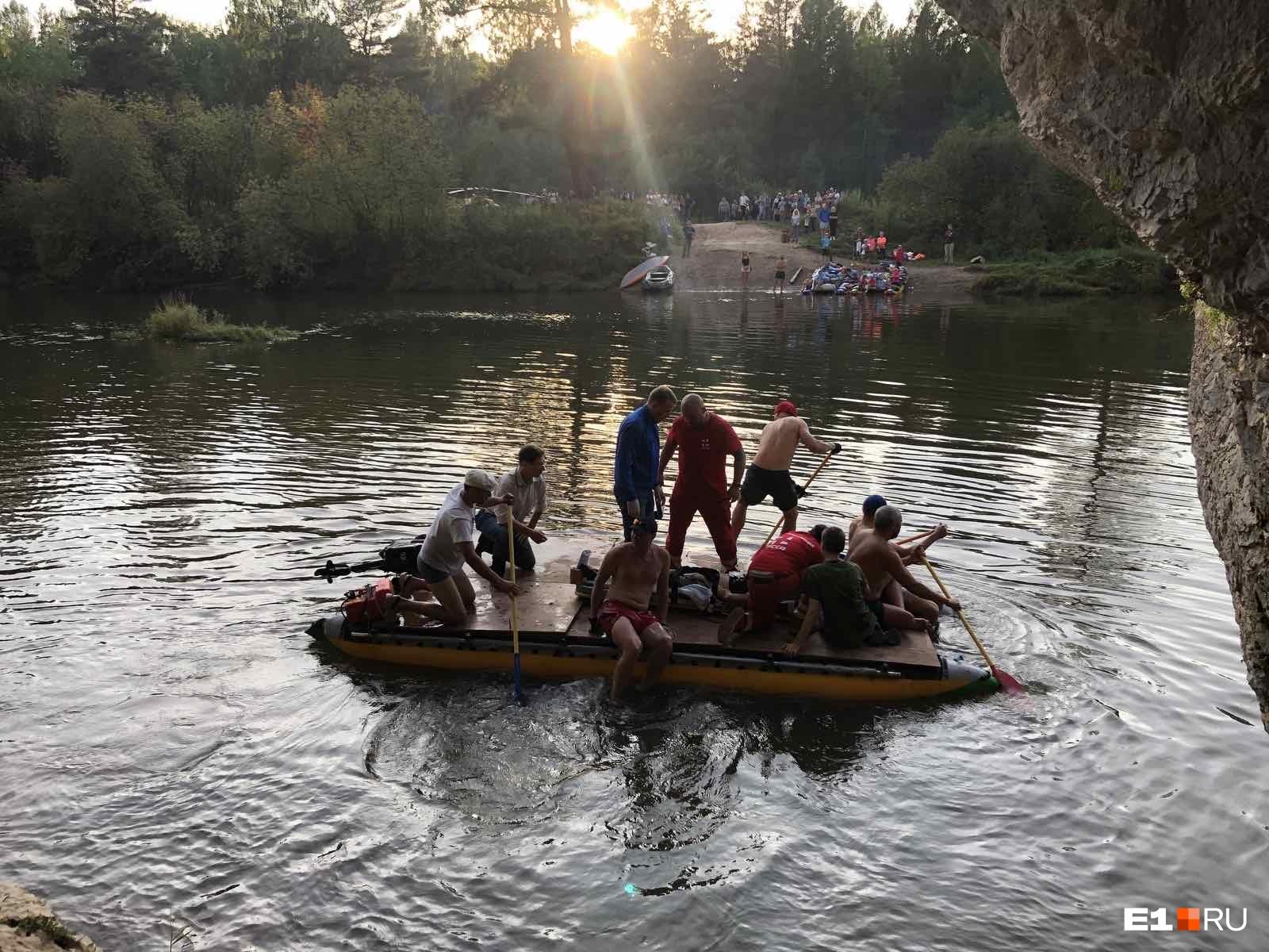Чтобы добраться до пострадавшей, нужно было переправиться через реку