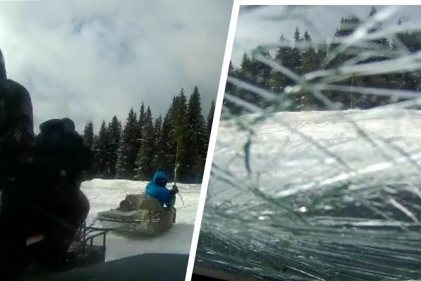 Мужчины палкой разбили лобовое стекло