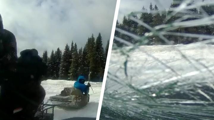 На Урале парни на снегоходе разбили машину смотрителя камеры, которая фиксирует скорость