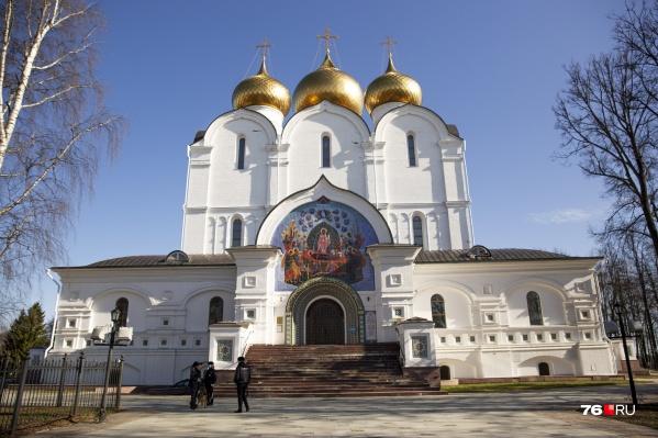 Православные храмы открыты, но верующим рекомендуют оставаться дома