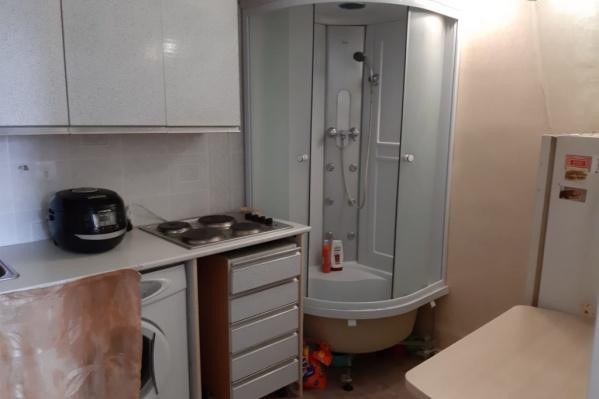 Наличие душевой кабины в комнате общежития делает объект более привлекательным для покупателя. На фото: комната на Каменской, 26