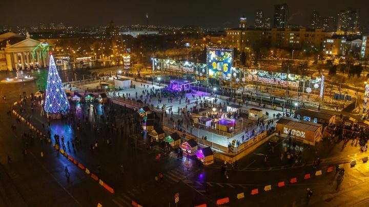 От огромного катка до спрятанной в углу ели: смотрим, как за пять лет изменились украшения главной площади Волгограда