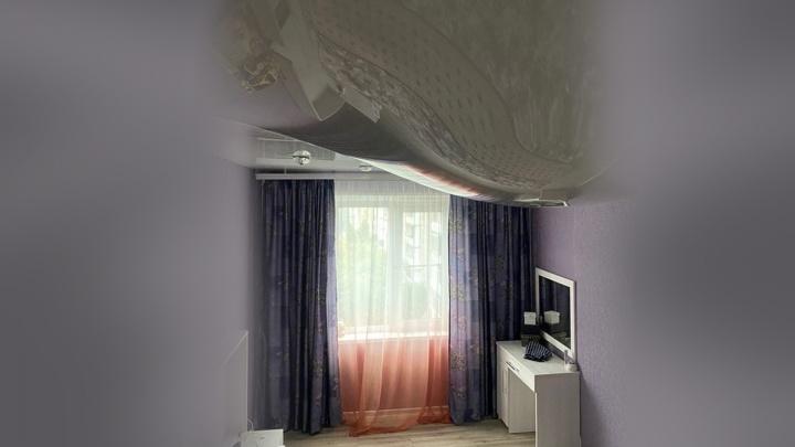 Потоп с натяжкой: в домах челябинцев после дождей обрушились потолки и пришли в негодность стены и мебель