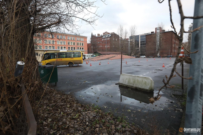 Площадка возле школы