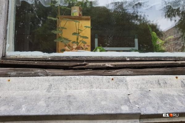 Окна в садике старые, родителям самим приходится их утеплять, но это мало помогает