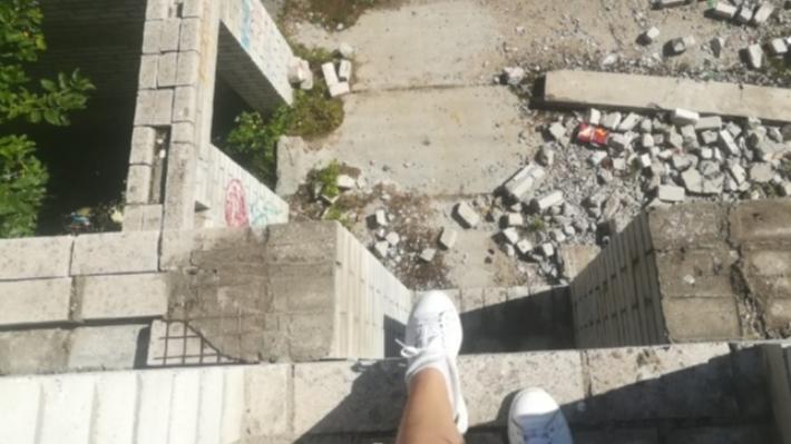 «Повредил позвоночник и органы»: мэрия не стала обносить забором недострой, где пострадал ребёнок