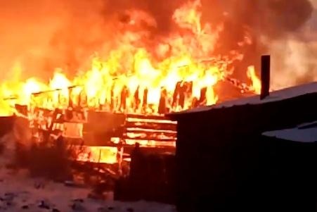 Огонь вспыхнул на улице Крылова в Кировском
