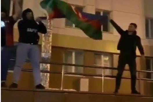 В нескольких районах города сегодня видели тюменцев с флагами Азербайджана