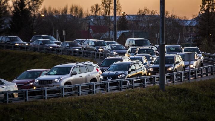 Левый берег встал в утренних пробках — 10 гневных комментариев от застрявших водителей