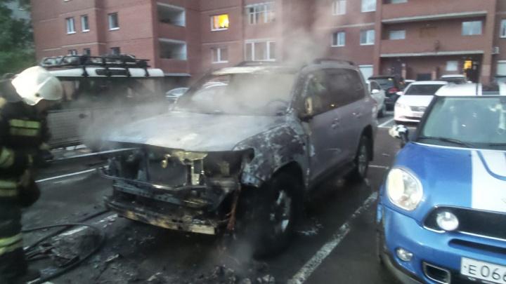 В районе Автовокзала во дворе на парковке сгорела Toyota Land Cruiser, еще две иномарки пострадали