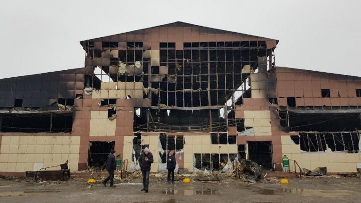 Пожар уничтожил в Волгограде продуктовый корпус Титовского рынка: фоторепортаж