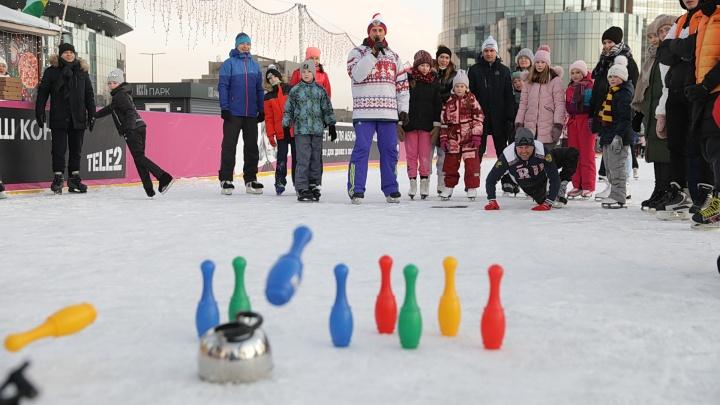 Играли в керлинг чайниками, а в хоккей— метлами: в Екатеринбурге открыли каток возле башни «Исеть»