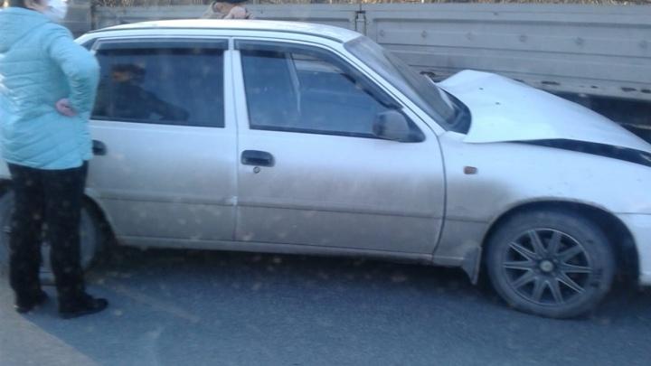 «Выезжал с заправки и не пропустил авто»: на Уктусе иномарка въехала в прицеп грузовика