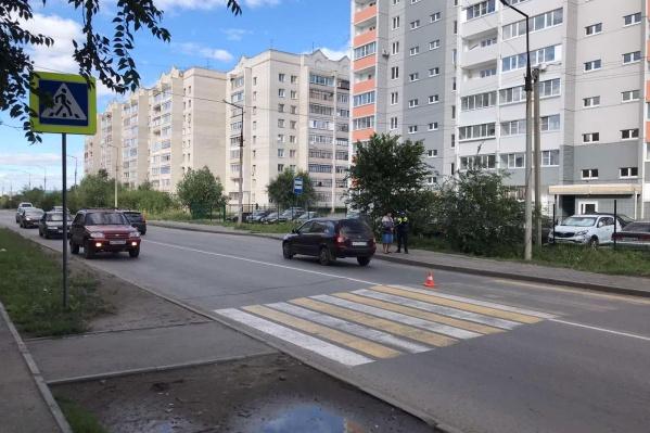 Девочка переходила дорогу по пешеходнику и была сбита отечественной легковушкой