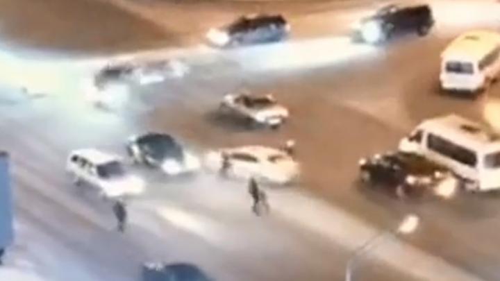 В Уфе пешеходы перебегали дорогу на красный, спровоцировали ДТП и сами чуть не попали под колеса