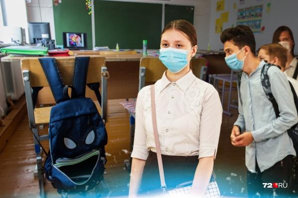 В этом году к обычным школьным правилам добавились коронавирусные. Среди них — термометрия на входе, разобщение детей по классным кабинетам, рекомендации о ношении медицинских масок