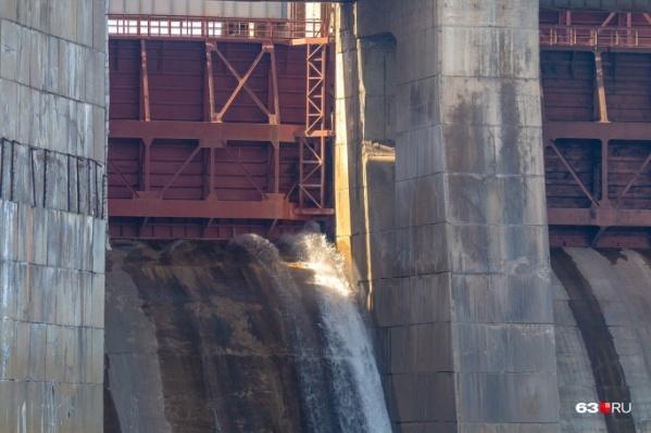 Сначала ГЭС приоткрывает затворы примерно на полметра, затем — больше