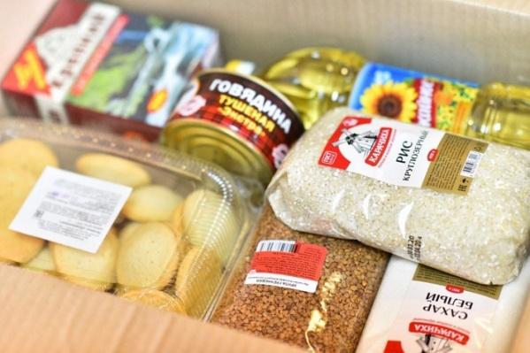 Так выглядит коробка продуктов на две недели в Ярославле. В Челябинске считают, что это не те продукты, которыми должен питаться школьник