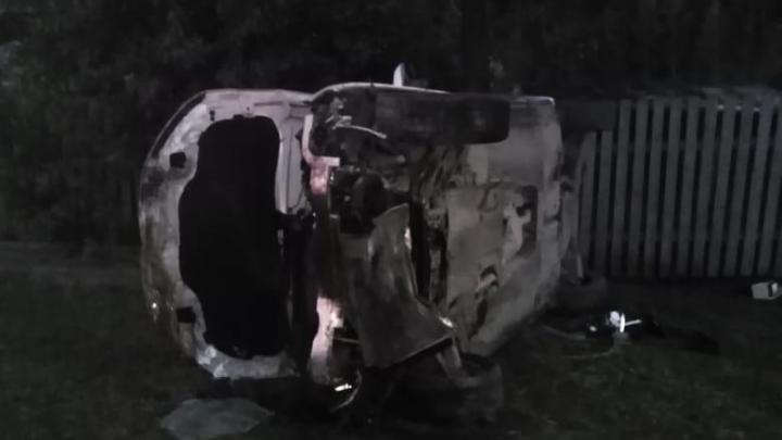 «В поворот не вошли»: в посёлке под Екатеринбургом на скорости перевернулась машина, три человека в больнице