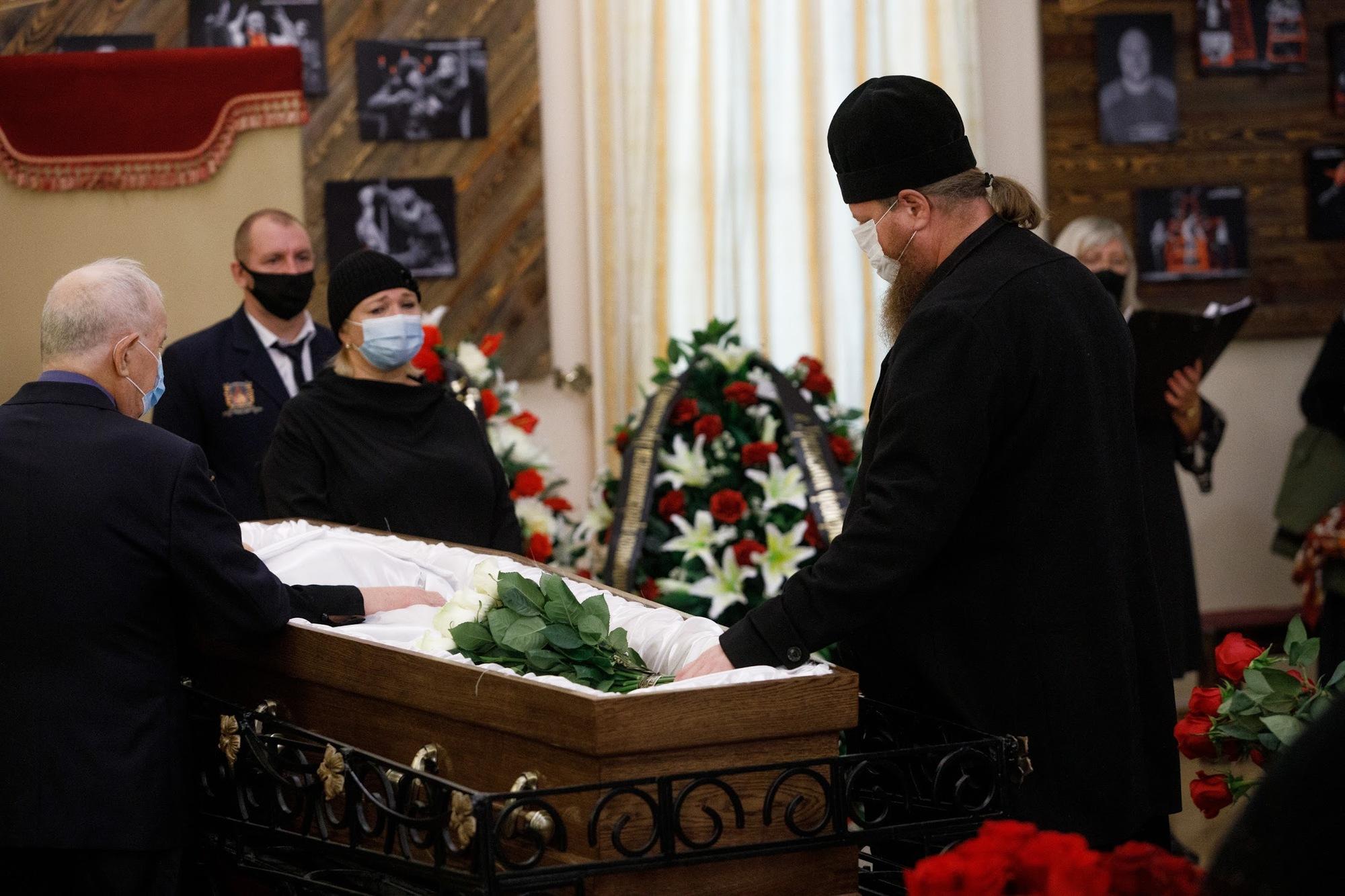 Попрощаться с Алексеем Рябцевым пришел настоятель Храма на Крови Максим Миняйло