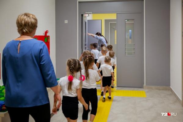 Эпидобстановка становится всё напряженнее. Но почему тогда детсады не закрывают?